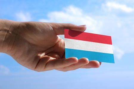 Kleine vlag van Luxemburg, cumulus wolken op de achtergrond
