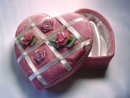 curare teneramente: uno a forma di cuore rosa scatola decorata con fiori e nastri