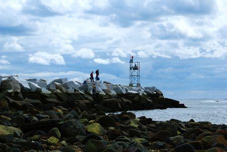 港の入り口に岩の海ブレーカー