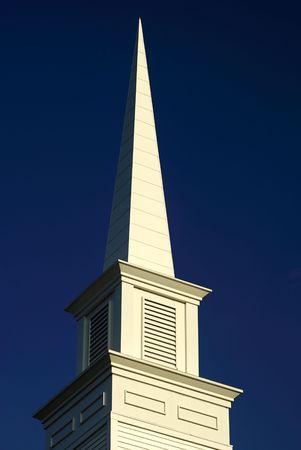 church steeple: un bianco campanile chiesa raggiunge in alto il cielo blu  Archivio Fotografico