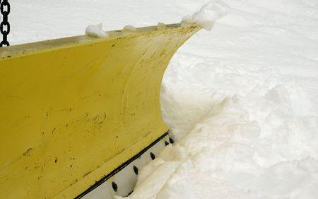 ploegen: een macro van een mes op een sneeuw beploegen vrachtwagen