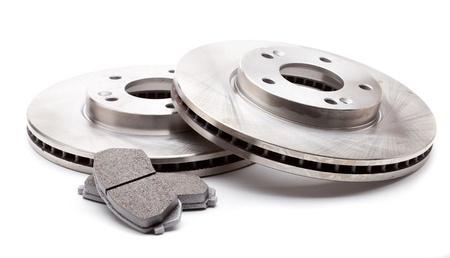 frenos: Studio foto de dos discos delanteros de freno y pastillas para un coche moderno aislado en un fondo blanco