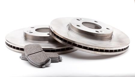 frenos: Los nuevos discos de freno delanteros y pastillas para un coche moderno Foto de archivo