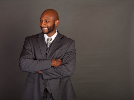 black business man: Jeune homme d'affaires noir portant une suite et une cravate