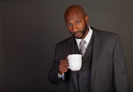 black business man: Jeune homme d'affaires d�tenant un portefeuille noir