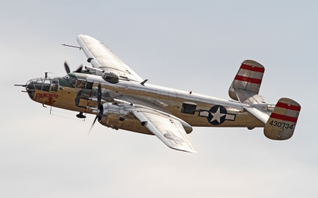 Monroe, North Carolina - November 4, 2012: World War II B-25 Mitchell Bomber Performing during Warbirds Over Monroe Air Show in Monroe, NC, on November 4, 2012. 新闻类图片
