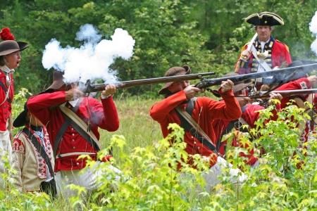 flint gun: Rock Hill, Carolina del Sur - 11 de julio 2006: recreadores de la Guerra Revolucionaria recrear la Batalla de derrota de Huck, de combate el 12 de julio de 1780, sobre la base del hist�rico Brattonsville en Carolina del Sur. Editorial