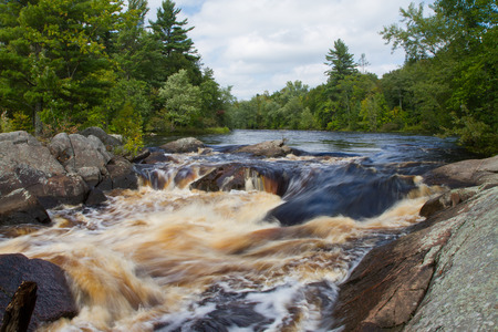 Thunderous river rapids flowing over rocks in a wilderness forest. 版權商用圖片