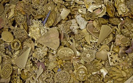 revoltijo: Un revoltijo de joyas antiguas de bronce. Foto de archivo