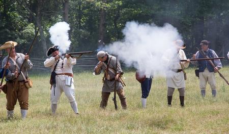 vestidos de epoca: McConnells, Carolina del Sur - 11 de julio 2015: recreadores Guerra Revolucionaria Americana recrean la batalla de la derrota de Huck en Brattonsville Histórico. La victoria patriota se libró originalmente cerca en 12 de julio 1780. Editorial