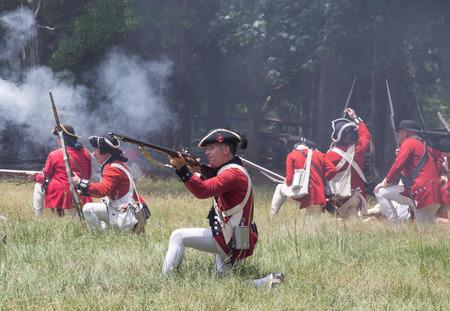 McConnells, Carolina del Sur - 11 de julio 2015: recreadores Guerra Revolucionaria Americana en uniformes británicos recrear la Batalla de la derrota de Huck en Brattonsville Histórico. La victoria patriota se libró originalmente cerca en 12 de julio 1780.