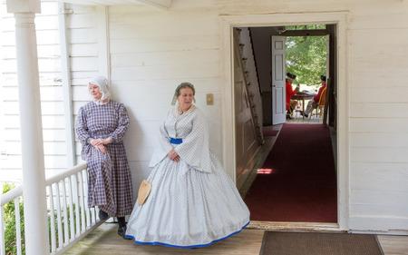 McConnells, Carolina del Sur - 11 de julio 2015: recreadores Guerra Revolucionaria Americana recrean la batalla de la derrota de Huck en Brattonsville Histórico. La victoria patriota se libró originalmente cerca en 12 de julio 1780.
