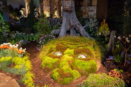 gnomos: CHARLOTTE, Carolina del Norte - el 28 de de febrero de, 2016: Una muestra de la arquitectura del paisaje con la iluminación dramática noche en el Southern Spring Home Garden Show.