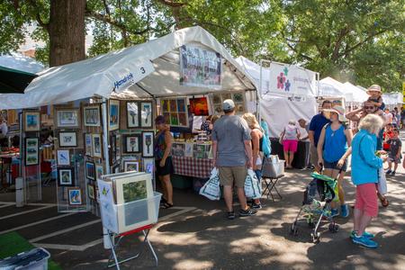 """MATTHEWS, NC - 2017 년 9 월 4 일 : 공급 업체는 25 번째 연례 """"Matthews Alive""""길거리 축제의 참가자들에게 예술품과 공예품을 제공합니다. 에디토리얼"""