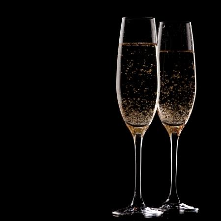 coupe de champagne: deux verres de champagne sur fond noir