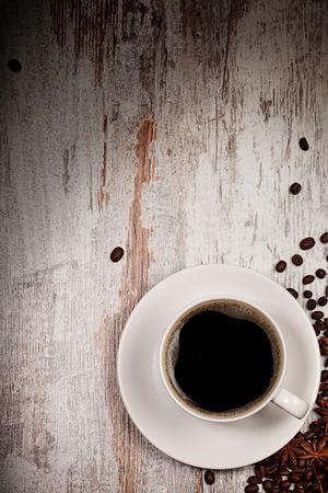 taza cafe: Vista superior de la taza de caf� sobre el grunge madera bacgkround