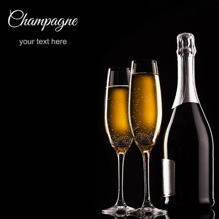 botella champagne: botella de champ�n y gafas sobre fondo oscuro