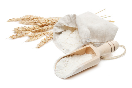 wheat in bag and scoop isolated on white background Stockfoto