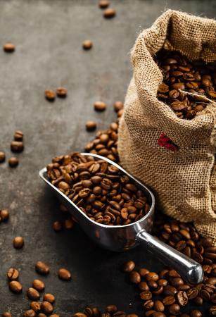 grano de cafe: Taza de café, bolsa y recoger en el viejo fondo oxidado
