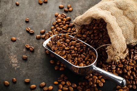 alubias: Taza de café, bolsa y recoger en el viejo fondo oxidado