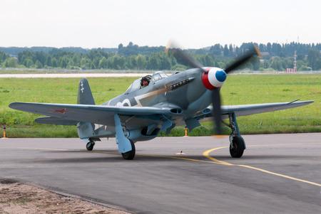 avion de chasse: KIEV, UKRAINE -JUILLET 02, 2013. Guerre mondiale Yak-3 avion de chasse �ditoriale