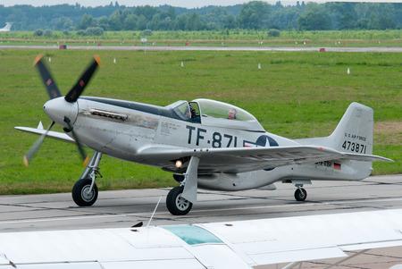 avion chasse: VASILKOV, UKRAINE -JUILLET 03, 2013. Seconde Guerre mondiale �re TF-51D avion de chasse