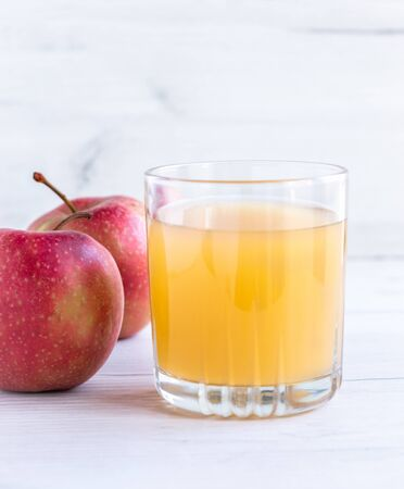 Glass of fresh apple juice and half apple near autumn apples Banque d'images - 138378751