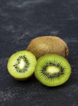 fresh, ripe kiwi on a black background Imagens