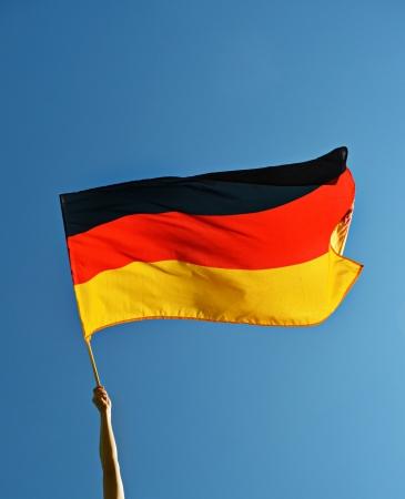 mensch: Deutsche wehende Flagge Stock Photo
