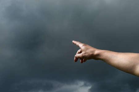 Jemand deutet auf den herankommenden Sturm Stock Photo