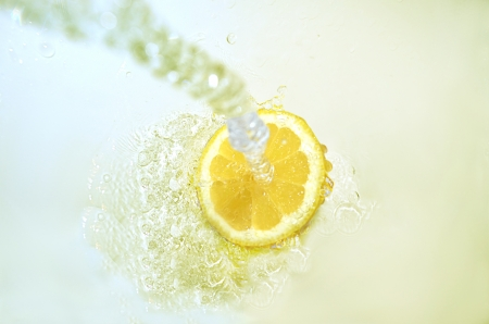 wasser: Lemon with a water jet