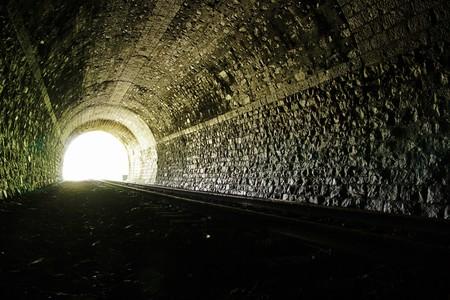 トンネル: 鉄道トンネルの終わりに光です。自然な照明。 写真素材