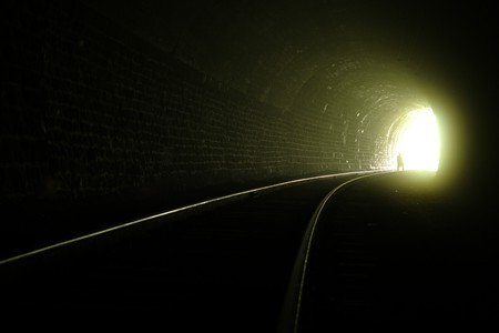 ferrocarril: Una silueta cerca de la salida del t�nel de ferrocarril
