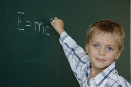 Prodigy: MaÅ'y chÅ'opiec po prostu pisać równania równoważność masy-energii Zdjęcie Seryjne