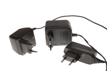 Cellulare caricabatterie su sfondo bianco