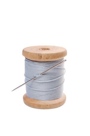 bobina con fili colorati e l'ago Archivio Fotografico