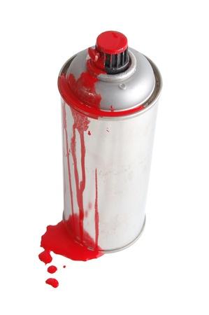 Lo spray di pittura di aerosol sporcato da una vernice rossa isolata on white