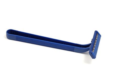 utiles de aseo personal: La maquinilla de afeitar desechable azul aislado en blanco Foto de archivo
