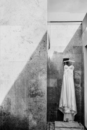Trouwjurk is om te worden gedragen op de bruiloft Foto's met een loft stijl in zwart en wit Stockfoto