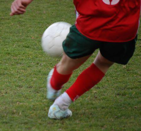 Un giocatore di calcio calci un equilibrio