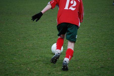 Un calciatore sta calciando la bal
