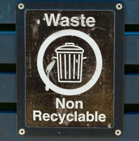 reciclable: Los residuos no reciclables sesi�n Foto de archivo