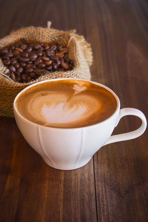 tabel: Latte art coffee with coffee bean on wood tabel
