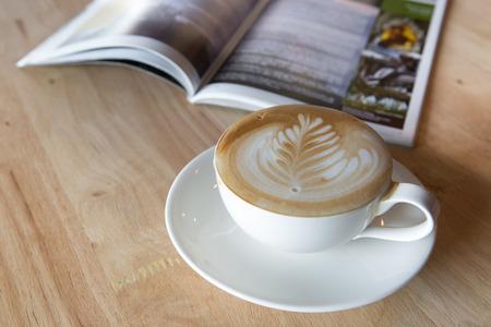 Kaffee latte mit einem Buch in der Kaffeestube