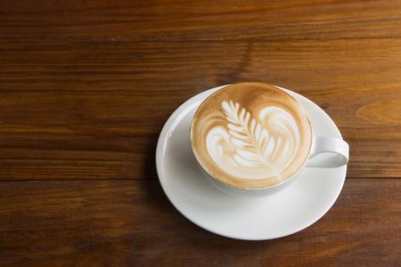 kafe: Latte art coffee over wooden