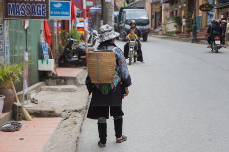 diversidad cultural: SAPA, VIETNAM -Junio ??16: Mujer de Hmong en un mercado el 16 de junio de 2015, de Sapa. Sapa es famosa por su paisaje agreste y su diversidad cultural. Hmong son una de las muchas tribus de colores.