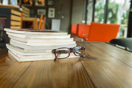 anteojos: Libros con vasos en la mesa, el estilo de la vendimia
