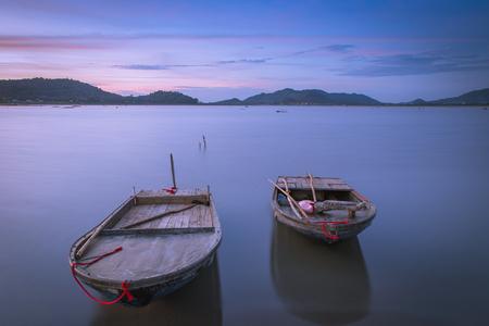 bateau: Lits bateau sur le lac dans Twilight apr�s le coucher
