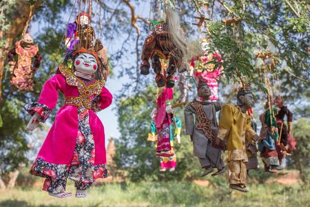 marioneta de madera: enfoque selectivo tradición de cuerdas de marionetas en Bagan Myanmar, colgando de los árboles