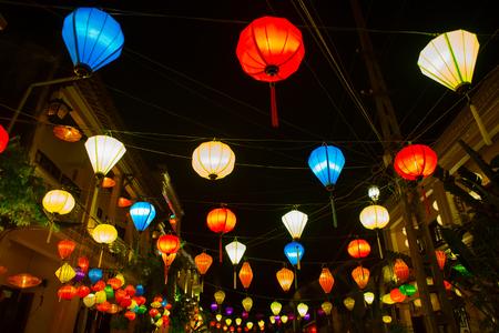 ベトナム ホイアンの旧市街の歩道に提灯をシルクします。